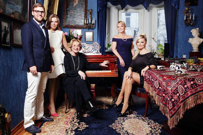 Петр Максаков со своими родственниками на фото