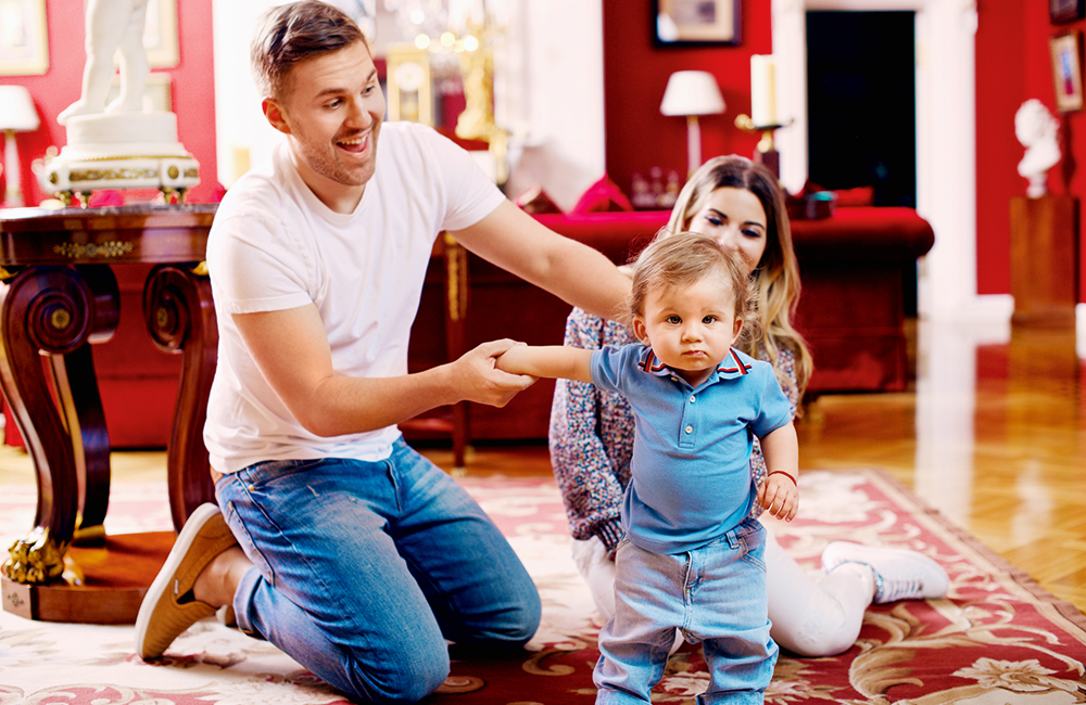 Петр Максаков и его жена и ребенок на фото