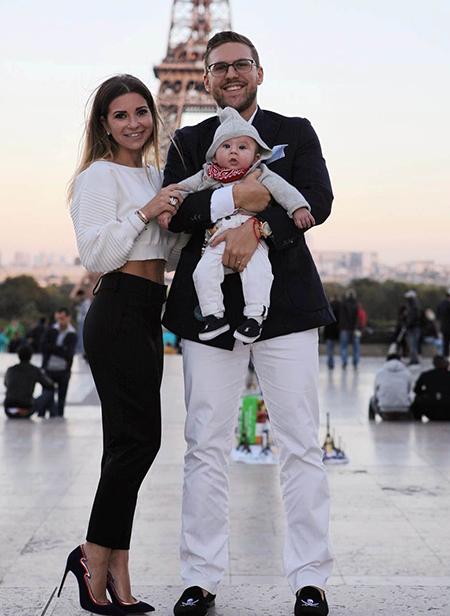 На фото Петр Максаков со своей семьей