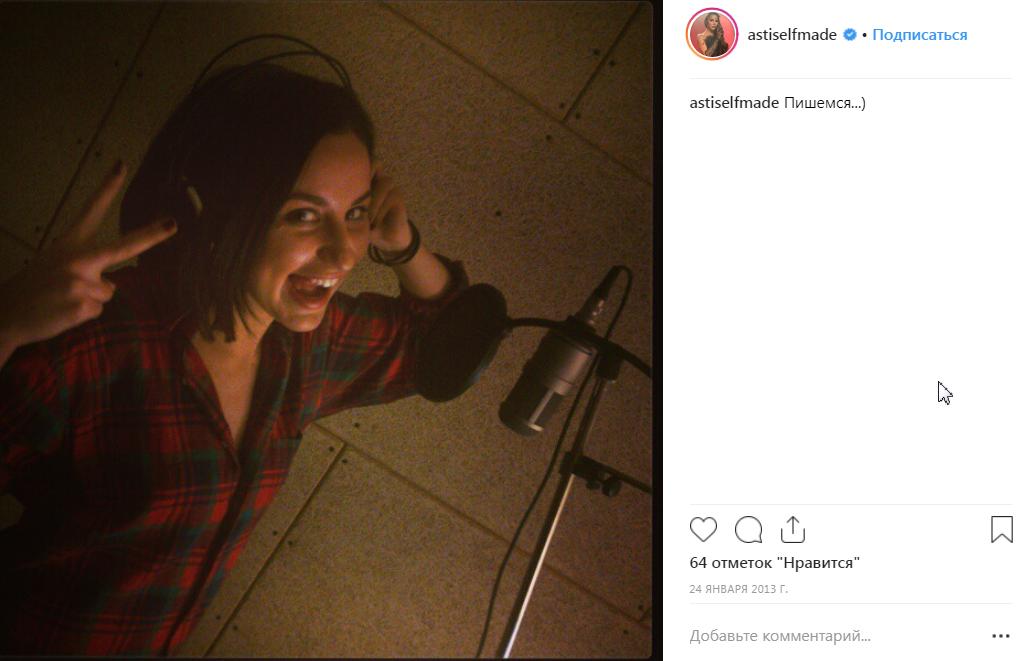 Анна Дзюба и студия звукозаписи в фото