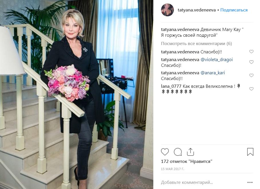 Татьяна Веденеева с цветами на фото